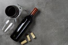 Garrafa de vidros e de corti?a de vinho no fundo concreto Copie o espa?o foto de stock royalty free
