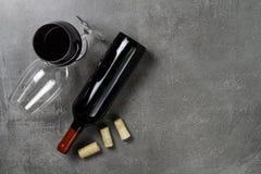 Garrafa de vidros e de corti?a de vinho no fundo concreto Copie o espa?o fotos de stock