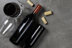 Garrafa de vidros e de corti?a de vinho no fundo concreto Copie o espa?o imagem de stock royalty free