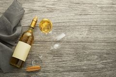 Garrafa de vinho branco e fundo dos vidros fotografia de stock royalty free