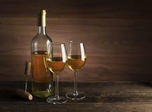 Garrafa de vinho branco e fundo dos vidros fotos de stock royalty free