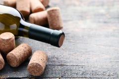Garrafa de vinho com cortiça fotos de stock royalty free