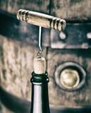 Garrafa de vinho da abertura Barril do vinho do carvalho no fundo Imagens de Stock Royalty Free