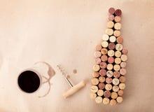 A garrafa de vinho deu forma a cortiça, a vidro do vinho e a corkscrew fotografia de stock royalty free