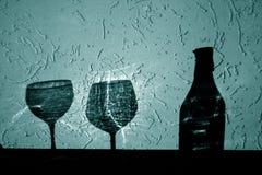 Garrafa de vinho e dois vidros da sombra no tom ciano fotos de stock