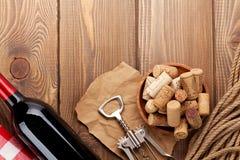 Garrafa de vinho tinto, bacia com cortiça e corkscrew Vista de acima Fotografia de Stock Royalty Free