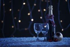 Garrafa de vinho tinto com a bola do Natal na tabela foto de stock royalty free