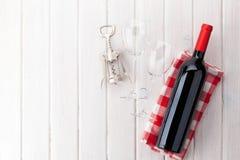Garrafa de vinho tinto, vidros e corkscrew Fotografia de Stock