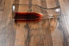 Garrafa del vino en su lado Imagenes de archivo