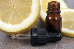 Garrafa do óleo essencial do limão fotos de stock
