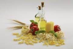 Garrafa do azeite e da massa Fotografia de Stock