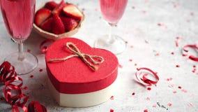 Garrafa do champanhe cor-de-rosa, dos vidros com morangos frescas e do presente dado forma coração video estoque