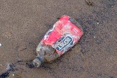 Garrafa do esporte do impulso que foi lavada acima ou para fora estando a ponto se juntar à poluição plástica no rio Clyde de fotos de stock royalty free