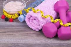 Garrafa do iogurte da água, dos pesos, da toalha, da maçã e de fruto em uma corte Fotos de Stock Royalty Free
