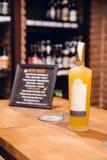 Garrafa do limoncello amarelo com etiqueta e tampão branco na loja de vinho em Barcelona imagens de stock royalty free