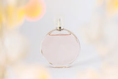Garrafa do perfume em um fundo, em uma benevolência e em um frescor brancos, wi fotografia de stock