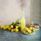 Garrafa do suco caseiro com gengibre e limão no fundo claro fotografia de stock