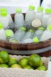 Garrafa do suco de limão, em um tambor de madeira Fotos de Stock