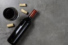 Garrafa do vidro e das cortiça de vinho no fundo concreto Copie o espa?o foto de stock royalty free
