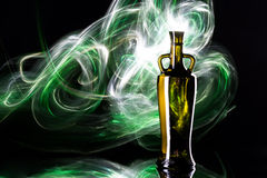 Garrafa do vinho branco no fundo da aurora boreal Fotos de Stock Royalty Free