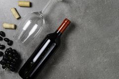 Garrafa do vinho, do c?lice, das corti?a e das uvas no fundo concreto Copie o espa?o imagem de stock royalty free