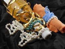 Garrafa do vinho do champanhe com os diamantes no fundo material preto Imagens de Stock