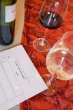 Garrafa do vinho, dos copos de vinho, e de um formulário do gosto cego Fotografia de Stock Royalty Free