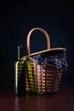 Garrafa do vinho e da cesta com uvas imagem de stock royalty free
