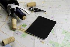 Garrafa do vinho e das corti?a no mapa para o planeamento da rota Caderno preto para notas imagens de stock royalty free