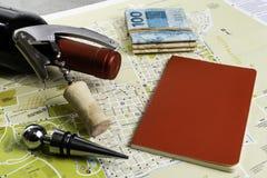 Garrafa do vinho e das corti?a no mapa para o planeamento da rota Caderno vermelho para notas imagens de stock royalty free