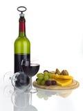 Garrafa do vinho tinto com o alimento e os vidros isolados no branco Fotografia de Stock Royalty Free