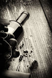 Garrafa do vinho tinto com uva e o corkscrew frescos Foto de Stock