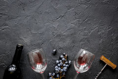 Garrafa do vinho tinto com vidros no modelo da opinião superior do fundo da textura Imagem de Stock Royalty Free