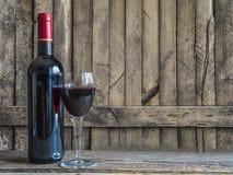 Garrafa do vinho tinto e do vidro do vinho tinto Fotos de Stock Royalty Free