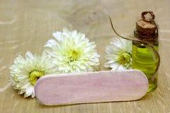 Garrafa do vintage do óleo essencial Óleos da essência das flores para a aromaterapia Foto de Stock Royalty Free