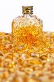 Garrafa do vintage e pedras ambarinas amarelas Imagem de Stock