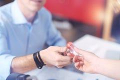 Garrafa dos analgésicos que estão sendo dados a um homem adulto agradável imagem de stock royalty free