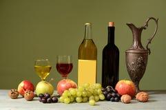 Garrafa dos frutos frescos, do vinho e do metal Fotografia de Stock Royalty Free