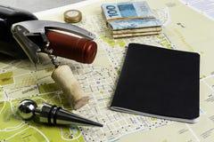 Garrafa e corti?a de vinho no mapa para o planeamento da rota Caderno preto para notas fotografia de stock