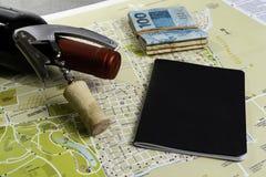 Garrafa e corti?a de vinho no mapa para o planeamento da rota Caderno preto para notas fotos de stock
