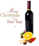 Garrafa e especiarias de vinho tinto para o vinho ferventado com especiarias quente do Natal no whit Imagens de Stock