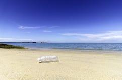 Garrafa e praia vazias Fotos de Stock