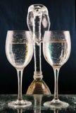 Garrafa e vidro da água, um respingo da água. imagem de stock