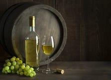 Garrafa e vidro de vinho branco com fundo do tambor fotos de stock