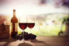 Garrafa e vidro de vinho tinto na tabela no vinhedo Toscânia Itália