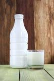 Garrafa e vidro do iogurte Fotos de Stock