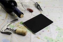 Garrafa e vidro do vinho e das cortiça no mapa para o planeamento da rota Caderno preto para notas foto de stock royalty free
