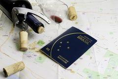 Garrafa e vidro do vinho e das cortiça no mapa para o planeamento da rota Passaporte brasileiro imagem de stock royalty free