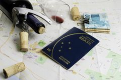 Garrafa e vidro do vinho e das cortiça no mapa para o planeamento da rota Passaporte brasileiro imagem de stock
