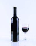 Garrafa e vidro do vinho isolados no fundo branco Fotos de Stock
